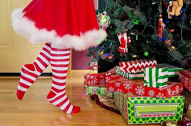 Deda Mraz vatrogasac delio paketiće u Petrovaradinu